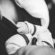 Frau hält Baby im Arm schwarzweiß