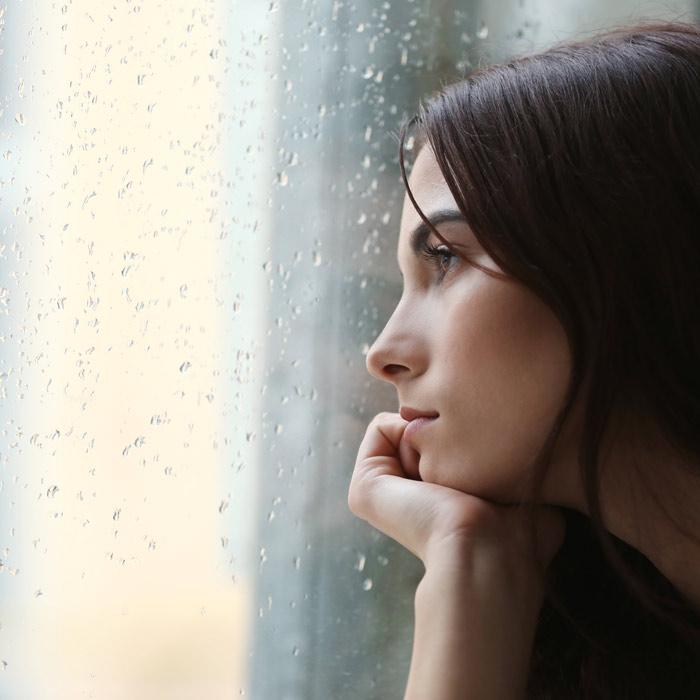 Frau sieht aus dem Fenster